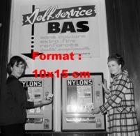 Reproduction D 'une Photographie Ancienne De Deux Femmes Devant Une Machine Self-Service De Bas De Nylon En 1965 - Reproducciones