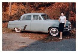 Photo Couleur Originale B.B Pin-Up & Automobile 1950's à Identifier En 1961 - Ford ? Opel ? - Automobiles