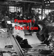 Reproduction D 'une Photographie Ancienne D'ouvrières à Leur Poste Pour Apparier Et Emballer Les Bas De Nylon En 1947 - Riproduzioni