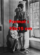 Reproduction Photographie Ancienne D'une Vendeuse Faisant Un Trait De Couture Au Pinceau Sur Des Bas De Nylon 1940 - Reproducciones