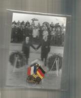 """Pin's , Emblème """"SANS MOTS"""" , 1984 , HELMUT KOHL - FRANCOIS MITTERAND ,ed. H. Richter , Frais Fr 1.85 E - Celebrities"""