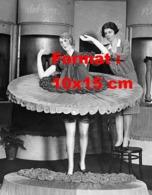 Reproduction D 'une Photographie Ancienne D'une Femme Confectionnant Une Poupée Faite Avec Des Bas De Nylon En 1930 - Reproducciones