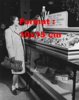 Reproduction D 'une Photographie Ancienne D'une Femme Devant Des Bas De Nylon Recyclés Pour L'armée Américaine En 1942 - Riproduzioni