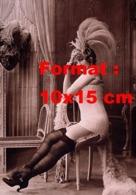 Reproduction D 'une Photographie Ancienne D'une Mannequin Présentant De La Lingeries Et Bas De Nylon En 1920 - Reproducciones