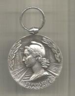 Médaille D'honneur Des Chemins De Fer , Attribuée 1969, République Française , 2 Scans , Frais Fr 1.75 E - Professionals / Firms