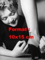 Reproduction D 'une Photographie Ancienne D'une Vendeuse Nouant Des Bas Nylons Sur Les Jambes D'une Cliente - Riproduzioni
