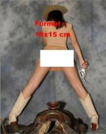 Reproduction D 'une Photographie D'une Femme Avec Chapeau, Mini Jupe En Daim Et Bottes Au Dessus D'une Selle De Cheval - Reproducciones