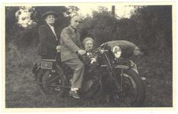 2 Photos Famille Sur Moto à Identifier  ( AU ) - Coches