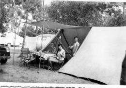 Photo D'une Femme Avec Ces Deux Jeune Filles Assise Sous Leurs Tente Au Camping - Persone Anonimi