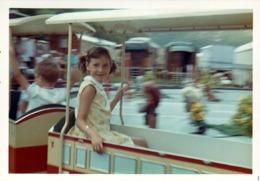 Photo Couleur B.B. Originale - Petit Train à Pleine Vitesse Pour Fillette Au Parc D'attraction 1960/70 - Personnes Anonymes
