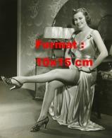Reproduction D 'une Photographie Ancienne D'une Jeune Femme En Robe De Satin Montrant Ses Bas De Nylon - Reproducciones
