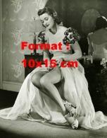 Reproduction Photographie Ancienne D'une Jeune Femme En Robe Fleurie Attachant Ses Bas De Nylon à Son Porte-jarretelle - Reproducciones