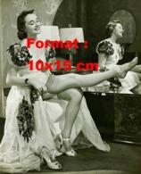 Reproduction D 'une Photographie Ancienne D'une Jeune Femme En Robe Fleurie Enfilant Son Bas De Nylon - Reproducciones