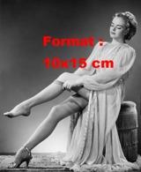 Reproduction D 'une Photographie Ancienne D'une Jeune Femme En Robe Voilée Enfilant Ses Bas De Nylon - Reproducciones