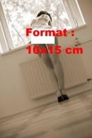 Reproduction Photographie D'une Jeune Femme Avec Un Porte-jarretelle Et Bas Nylon Appuyée Sur Le Rebord D'une Fenêtre - Riproduzioni