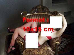 Reproduction D 'une Photographie D'une Jeune Femme Blonde En Sous-vêtements Rouges Et Bas Résille Rouge - Reproducciones