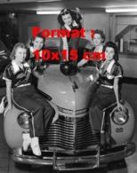 Reproduction D 'une Photographie Ancienne De Joueuses De Bowling Posant Sur Une Ancienne Chevrolet Années 50 - Reproducciones