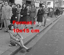 Reproduction D 'une Photographie Ancienne D'une Femme Assise Sur Le Trottoir Et Mettant Ses Bas Nylon - Reproducciones