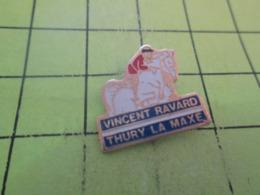611b Pin's Pins / Beau Et Rare / THEME SPORTS / EQUITATION HIPPISME CHEVAL CAVALIER VINCENT RAVARD THURY LA MAXE - Badges