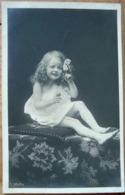 FILLETE JOLIE ROBE BLANCHE CHEVEUX BOUCL2S JAMBES NUES N° 3042/2 - Portraits