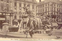 CPA - LYON  - LA FONTAINE BARTHOLDI - UN VOL DE PIGEONS - Lyon