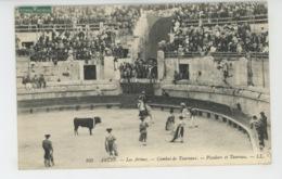 SPECTACLE - CORRIDA - TAUROMACHIE - ARLES - Les Arènes - Combat De Taureaux - Picadore Et Taureau - Arles