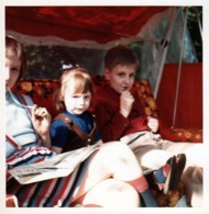 Photo Carrée Couleur B.B. Originale 3 Gamins Sur Une Balancelle Mangeant Des Bonbons Des Bleus Pleins Les Genoux - Personnes Anonymes