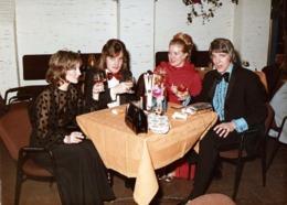 Photo Couleur Originale Hippies Chics Aux Cheveux Longs & Smoking Vers 1970 Accompagnés De Leurs Belles Aux Chignons - Personnes Anonymes