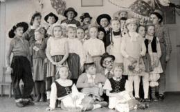Photo Originale Scolaire Et Groupe D'enfants Déguisés Vers 1950/60 - Cow Boy & Costumes Traditionnels - Personnes Anonymes
