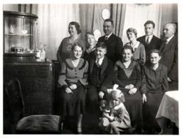Photo Originale & Portrait De Famille Vers 1920/30 & Fillette à La Poupée Au 1er Rang - Personnes Anonymes