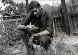 Photo Originale Gay & Playboy Sexy Romantique Contemplant Une Rose Vers 1960/70 - Personnes Anonymes