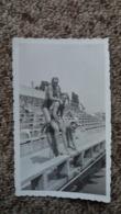 PHOTO JEUNES HOMME MAILLOT DE BAIN MUSCLES JOUANT A SE MONTER DESSUS PISCINE 1930 FORMAT 6.5 CM PAR 10.5 CM - Personnes Anonymes