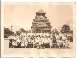 Photo Originale Du JAPON - Groupe De Japonais Devant Un Temple. - Lieux