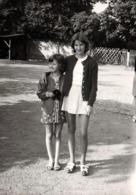 Photo Originale 2 Gamines Au Temps Des Minis-Jupes Vers 1970 - Personnes Anonymes