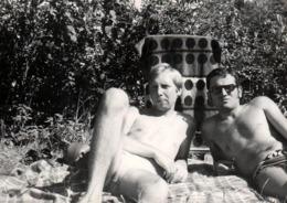 Photo Originale Gay & Playboys - 2 Beaux Gosses Sexy Torses Nus En Slips De Bains Sur Couverture Vers 1970 - Personnes Anonymes