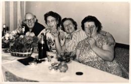 Photo Originale Des Laids Avec La Tireuse De Langue, Mais Qui Rigolent Bien, Alcool Aidant Vers 1960 - Jeu De Grimaces - Personnes Anonymes