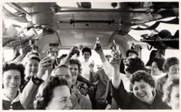 Amusante Photo Originale à L'intérieur Du Car Les Voyageurs Se Donnent Du Courage Avec Un P'Tit Schnaps Avant Le Départ - Personnes Anonymes
