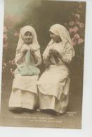 ENFANTS - LITTLE GIRL - MAEDCHEN - Jolie Carte Fantaisie Fillettes Infirmières Avec Leur Tricot (GUERRE 1914-18 ) - Portraits