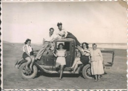 AUTO AUTOMOBILE VOITURE CAR Old PICK UP & PIN UP Sexy GIRLS WOMEN FEMMES & Handsome Men On The Roof Photo 12x8 40' Gay I - Automobiles