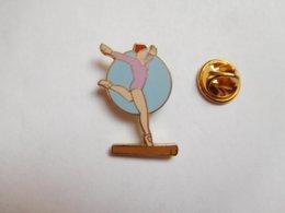 Superbe Pin's En EGF , Gymnastique , Poutre - Gimnasia