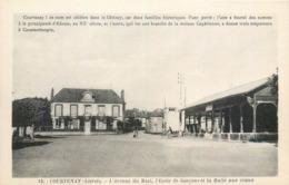 CPA 45 Loiret Courtenay L'Avenue Du Mail L'Ecole De Garçons Et La Halle Aux Veaux - Courtenay