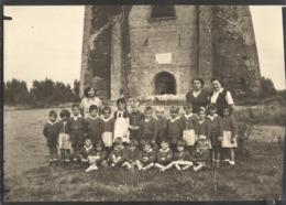 BERGUES (Nord) - Photo De Classe Au Pied Des Vestiges De La Tour De L'Abbaye De Saint-Winoc (photo 13 X 18 Cm) - Bergues
