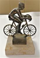 RARE BELLE SCULPTURE RÉGULE CYCLISTE VÉLO SUR SOCLE EN MARBRE TROPHÉE ? BE - Bronzes