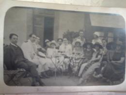CARTE PHOTO COTE IVOIRE  BINGERVILLE 1932 GROUPE COLONS ATTABLES A L APERITIF. OFFICIER AVIATION OU MARINE TENUE BLANCHE - Ivory Coast