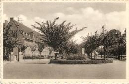 Diest : Weerstandsplein Met Monument 1940-45 ( Met School) - Diest