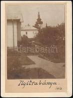 1913 Nyitrabánya (ma: Handlová), Háttérben A Katolikus Templom, Fotó, Kartonra Ragasztva, Feliratozva, 9×7,5 Cm / Handlo - Other Collections