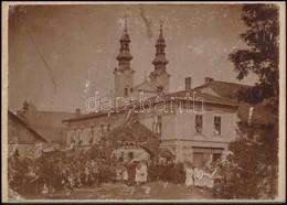 Cca 1900 Podolin, ünnepség A Szűz Mária-téren, Háttérben A Piarista Templommal, Fotó, Kartonra Ragasztva, 12×17 Cm / Pod - Other Collections