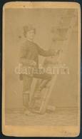 1870 Körmöcbányai Bányászdiák Bányászruhában, Keményhátú Fotó W. Rautek Műterméből, Hátoldalon Neve Feliratozva, 10,5×6  - Other Collections