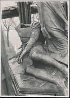 Cca 1940 A Megrongált Hentzi-szobor A Katonai Alreáliskola Udvarán, Fotó, Hátulján Feliratozva, Leírással, 16,5×12 Cm - Other Collections