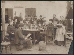 Cca 1900 Mulatozó Társaság Cigányzenészekkel, A Fogyasztást A Társaság Egy Zsidó Tagja Ellenőrzi, Kartonra Ragasztott Fo - Other Collections